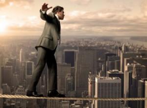 En affärsman balanserar på tunn lina